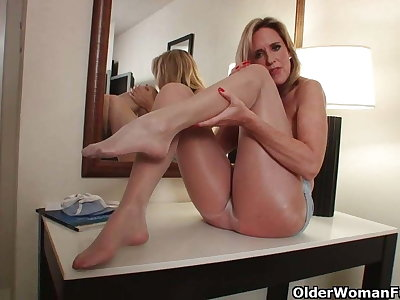 Milf in nylons can't control her pantyhose fetish