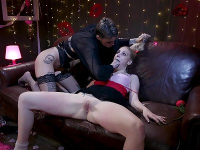 Leigh Raven and Rambling Hunter cheer each other's pussies with a strapon