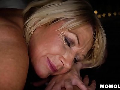 Attractive MILF Amy Obtaining a Sernsual Massage and a Gumshoe