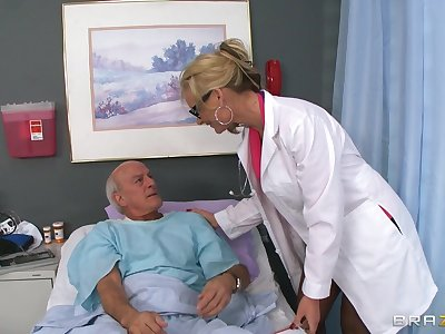 Blonde doctor Phoenix Marie drops her uniform nearly ride a patient