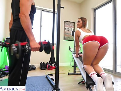 Kenzie Madison doing Romanian deadlifts and getting applaud to the fore gym