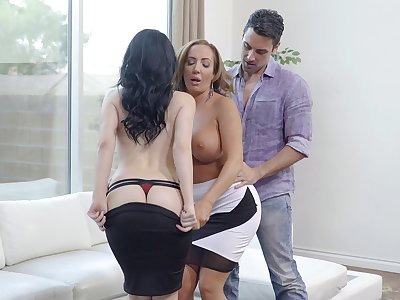 Handsome wife Noelle Easton shares her defy with Richelle Ryan